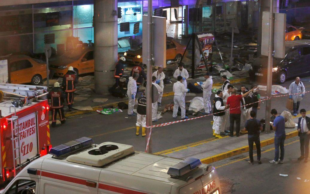 Медики надають допомогу постраждалим унаслідок теракту. / © Reuters