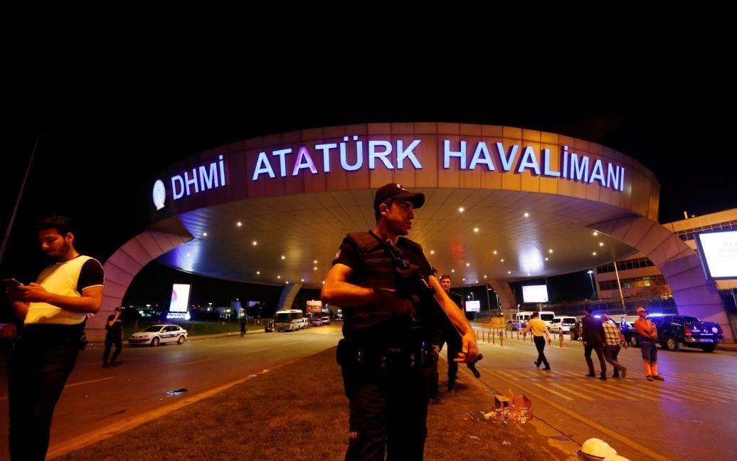 Поліція біля аеропорту Ататюрка. / © Reuters