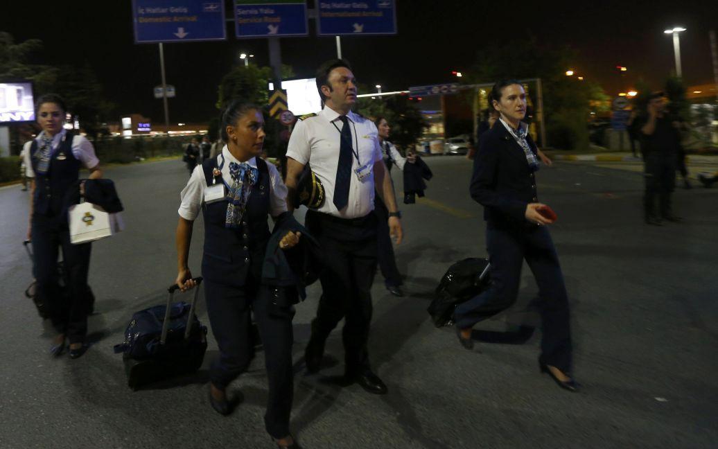 Пасажири залишають аеропорт після вибухів. / © Reuters