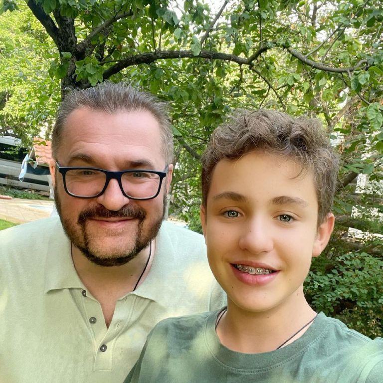Александр Пономарев с 14-летним сыном насладились отдыхом в бассейне