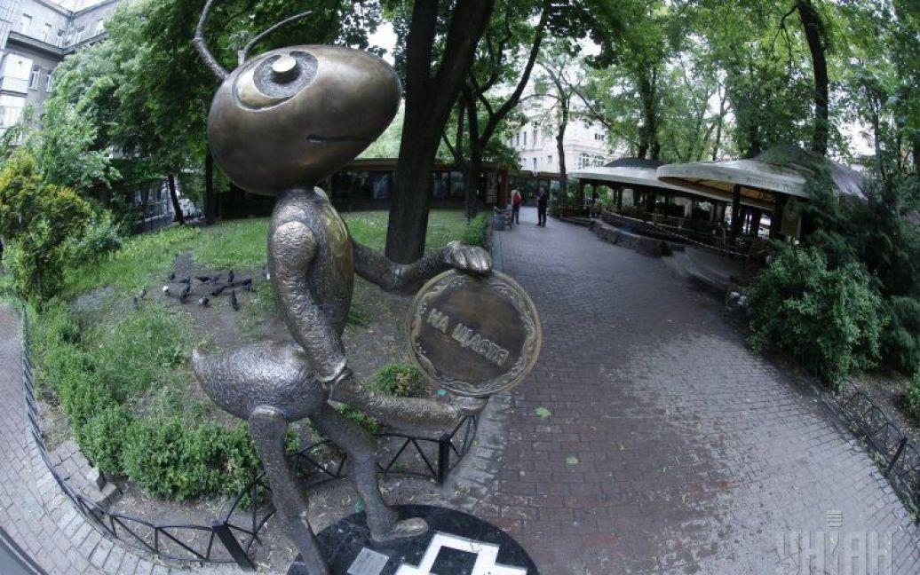 """Произведение искусства находится на улице Городецкого возле кинотеатра """"Украина"""". / © УНИАН"""
