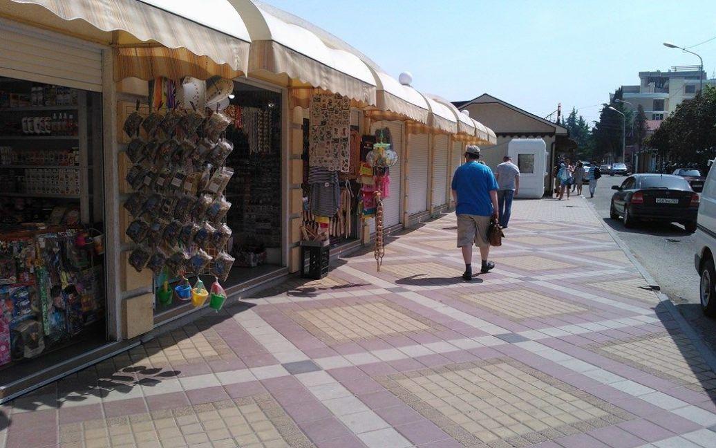 Лавочки с сувенирами, которые некому покупать / © ТСН.ua
