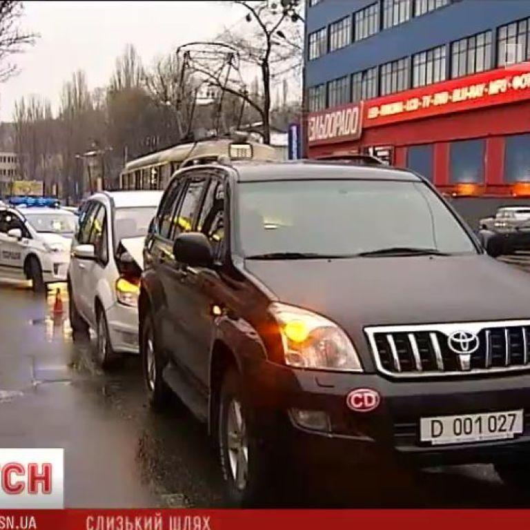 В Киеве сотрудник посольства РФ устроил ДТП на внедорожнике с дипномерами