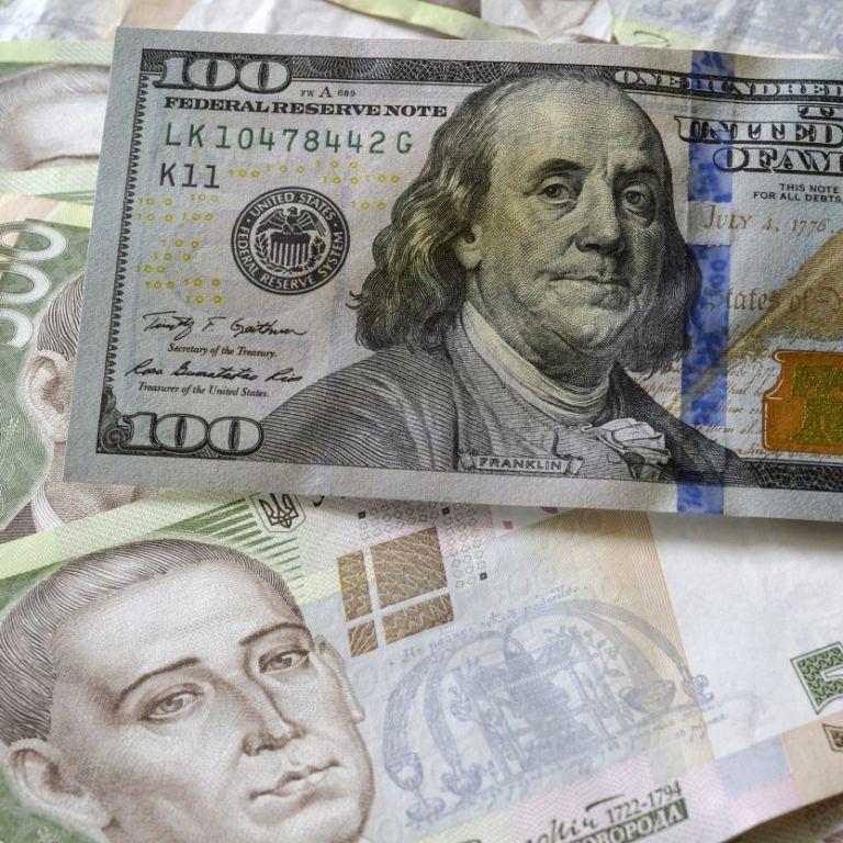 Курс валют: експерт розповів, коли може ослабнути гривня та яким буде долар до кінця року