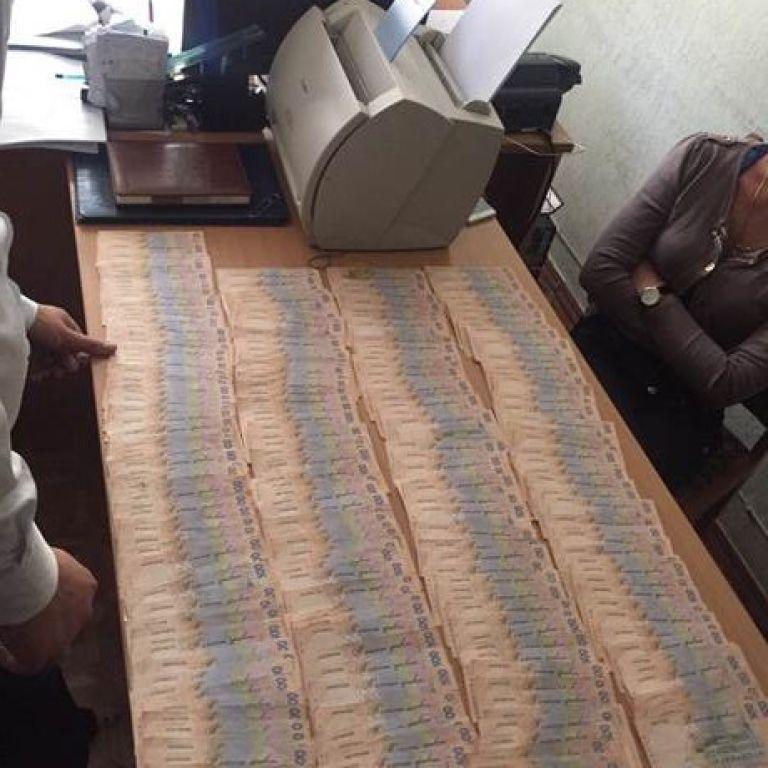 Столичну чиновницю з податкової служби спіймали на хабарі у 111 тисяч гривень