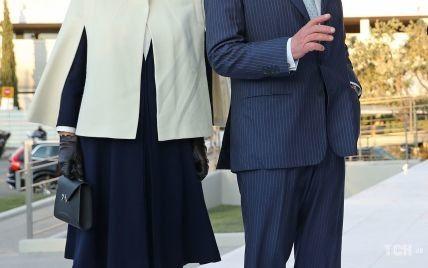 Камилла в кейп-накидке, а Чарльз с маленькой маской: королевская пара прибыла с визитом в Грецию