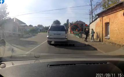 Дал воспитательный подзатыльник: в Ровно работник железной дороги спас жизнь парня на переезде (видео)