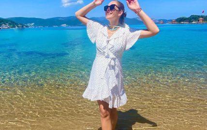 В гороховом платье с рюшами: беременная Катя Осадчая в романтичном луке позировала на пляже