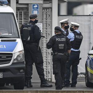 В Германии атаковали две синагоги: забросали здания камнями и сожгли флаги Израиля