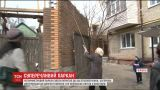 В Чернигове рядом с многоэтажкой возвели 4-метровый забор