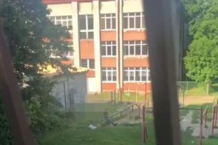 У Львові п'яний чоловік відкрив стрілянину на майданчику біля школи: відео