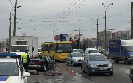 В Киеве Mercedes отбросил BMW в грузовик, из разбитого авто вырезали погибшего водителя