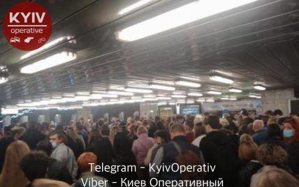 """""""Коронавірусу не існує"""": у київському метро в годину пік утворилася тиснява і штовханина (фото)"""