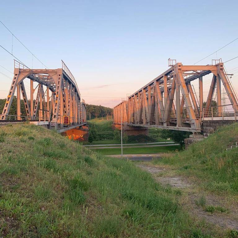 Хотел сделать селфи, а когда заметил поезд лег между рельсов: в Киевской области погиб 13-летний парень
