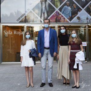 Семейный выход в свет: королева Летиция с мужем и дочками сходила в театр