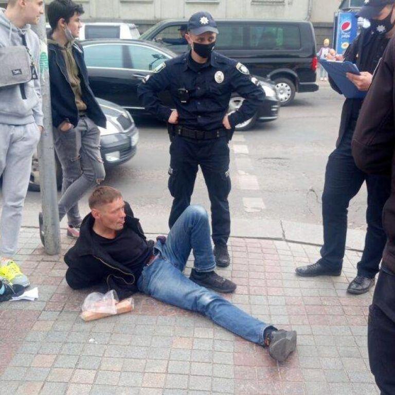 Вырвал из рук и бросился бежать: в центре Ровно мужчина среди белого дня ограбил священника (фото)