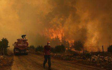 Спасатели эвакуируют население и туристов: в Европе продолжают ликвидировать масштабные пожары