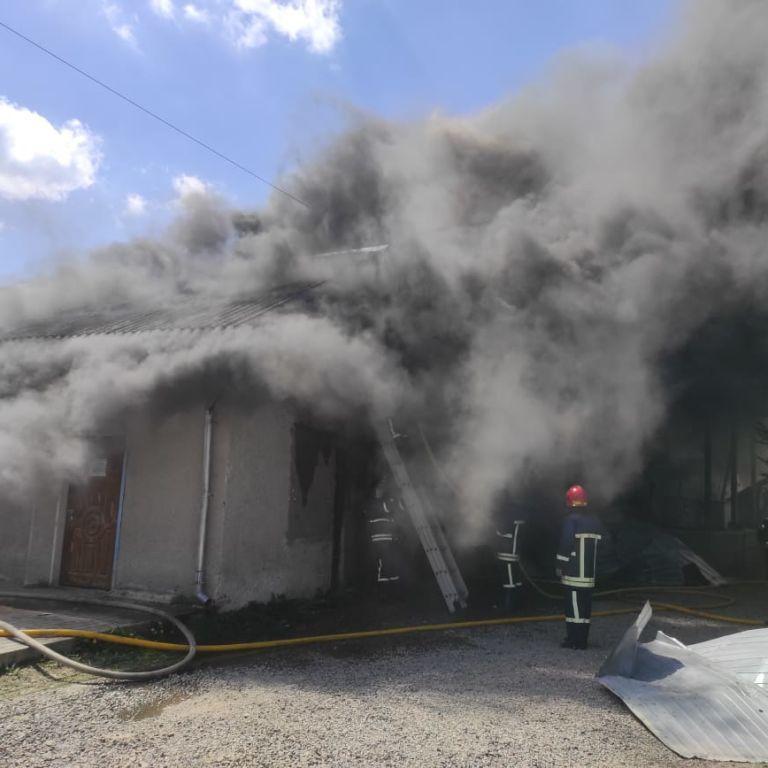 Масштабну пожежу видно здалеку: в Івано-Франківську спалахнули склади (фото)