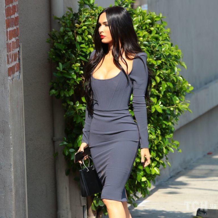 У сірій сукні з пікантним декольте: ефектна Меган Фокс прогулялася Лос-Анджелесом