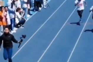 Курйоз у Китаї: фотограф добіг до фінішу швидше за спортсменів