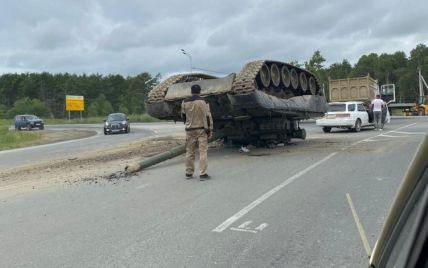 На Сахалине военные потеряли танк посреди трассы (видео)