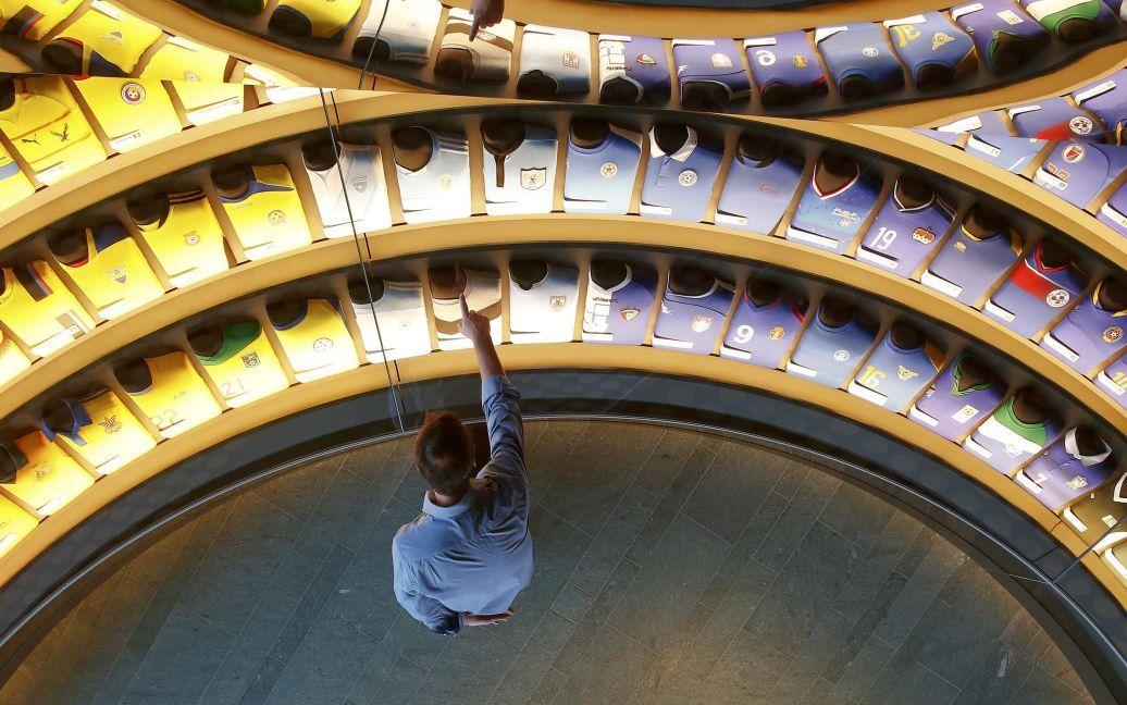 Футболки національних футбольних команд країн-учасниць ФІФА наведені у райдужній кімнаті в майбутньому музею чемпіонату світу з футболу у Цюріху, Швейцарія. Музей буде відкритий для громадськості від 28 лютого. / © Reuters