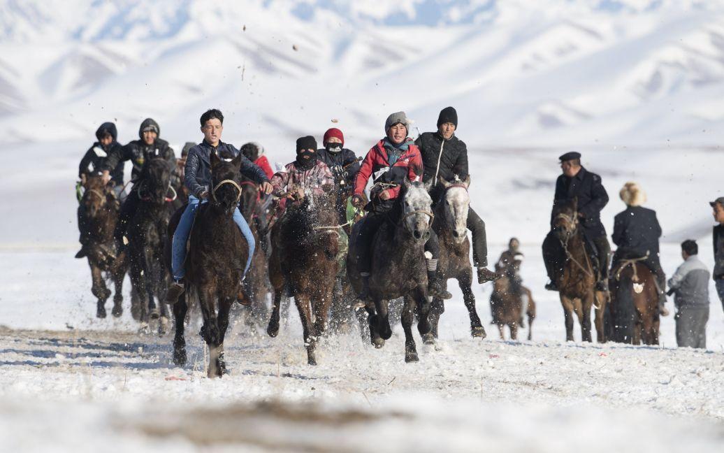 Пастухи їдуть на конях під час перегонів на зимовому фестивалі в Сіньцзян-Уйгурському автономному районі Китаю. / © Reuters