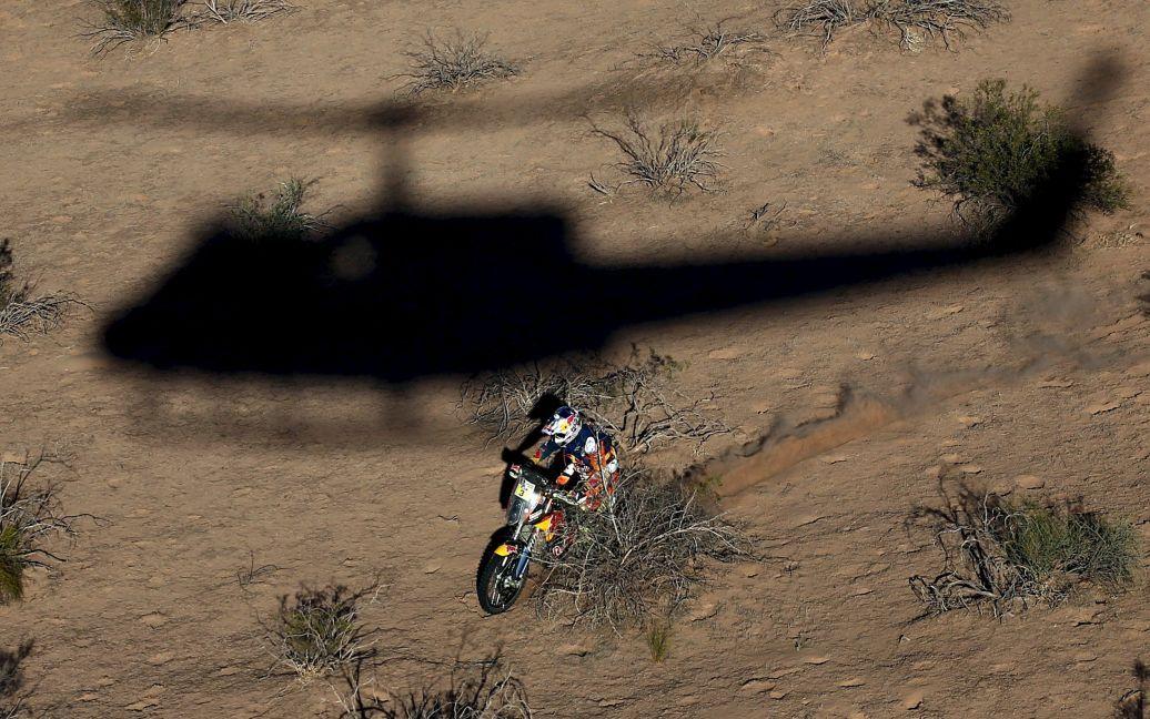 Вертоліт кидає свою тінь австралійського мотоцикліста на дев'ятому етапі ралі Дакар-2016 в Аргентині. / © Reuters