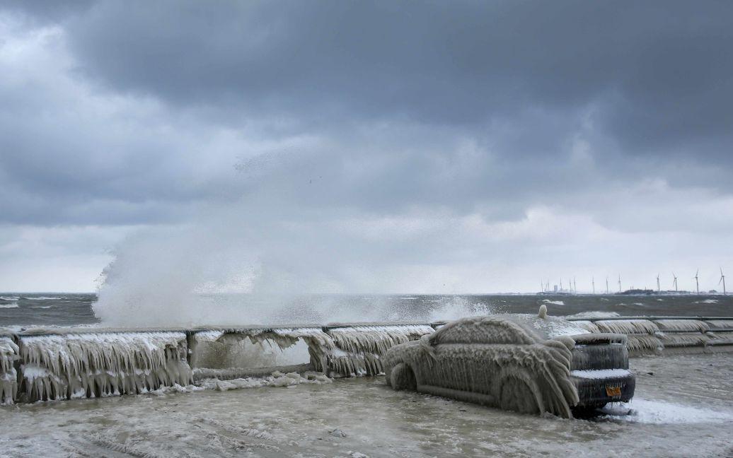 Автомобіль, покритий льодом, стоїть на набережній в Гамбурзі, штат Нью-Йорк. Власник залишив свою Mitsubushi Lancer на стоянці на ніч поза рестораном в неділю і на наступний день побачив, що машина замерзла. / © Reuters