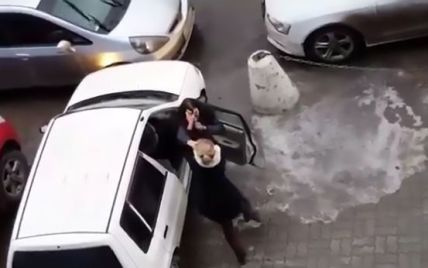 Двоє жінок повиривали одна одній пасма через паркувальне місце