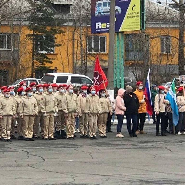 Показували епоху: в Росії школярі у військовому вбранні вийшли на хід з портретами Путіна