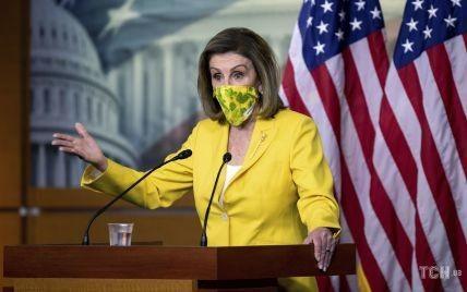 В флористической маске и костюме цвета канарейки: яркий образ спикера Палаты представителей США