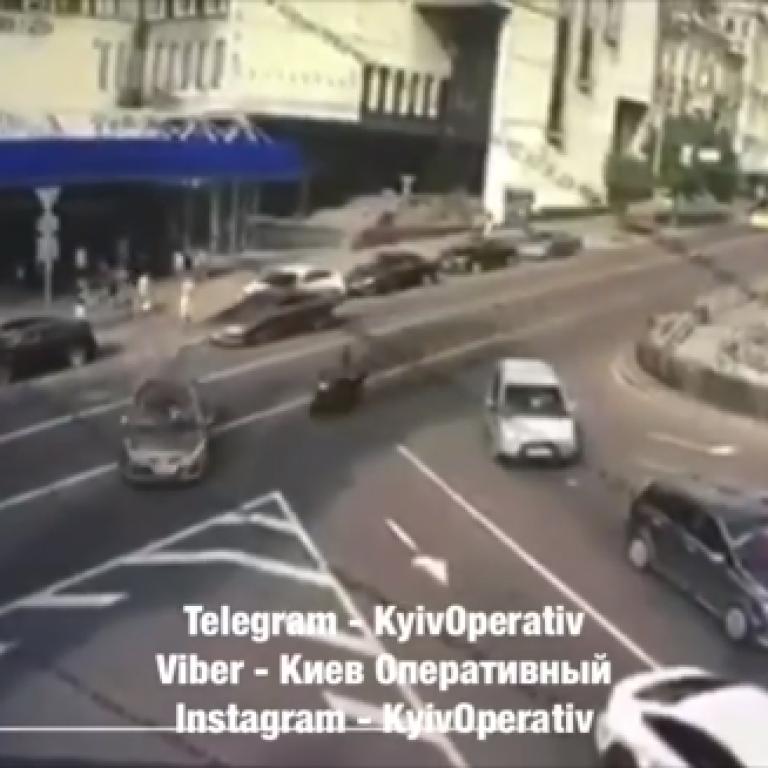 У центрі Києва мотоцикліст загинув через маневри таксиста: відео