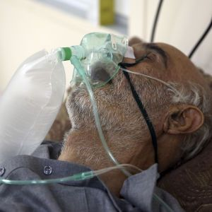 Повторні зараження та загадкові ускладнення, що роблять людину старшою на 10 років: які нові пастки готує коронавірус