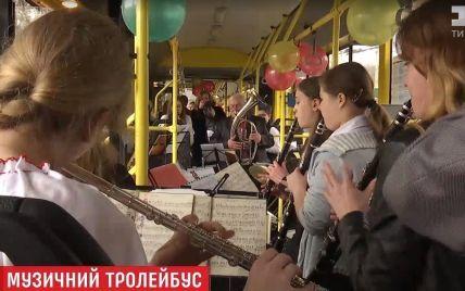 В Киеве оркестр дал концерт в троллейбусе