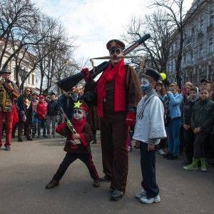 """Одеська """"Гуморина"""" у фото: рекордний смайл із перчаток та яскрава карнавальна хода"""