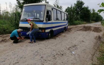 На Волыни рейсовый автобус с пассажирами попал в песчаную яму: его извлекали спасатели (фото)