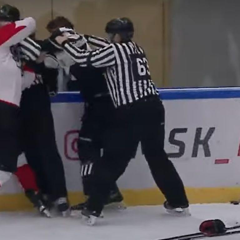 В России хоккеисты устроили массовое побоище во время матча: судья получил по лицу (видео)