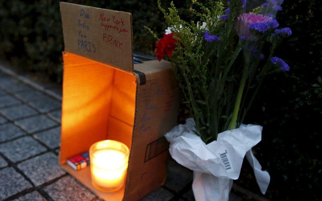 Люди несут цветы и свечи / © Reuters
