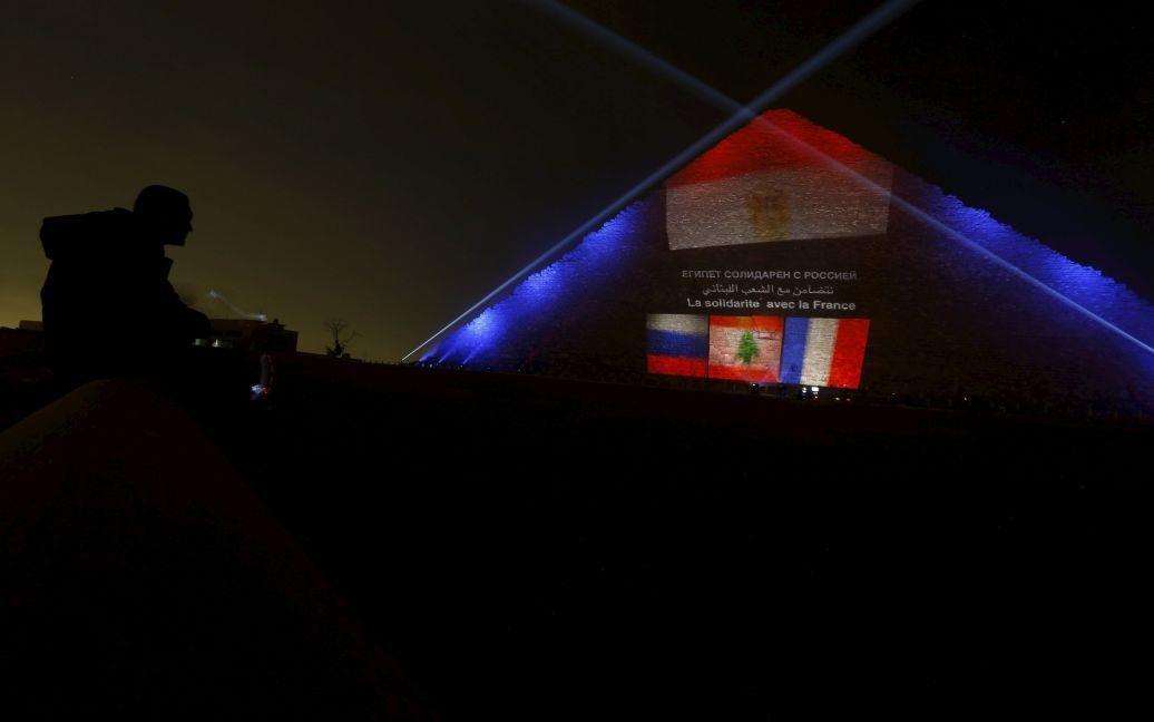 Египетские пирамиды подсветили цветами флагов Франции, России и Ливана / © Reuters