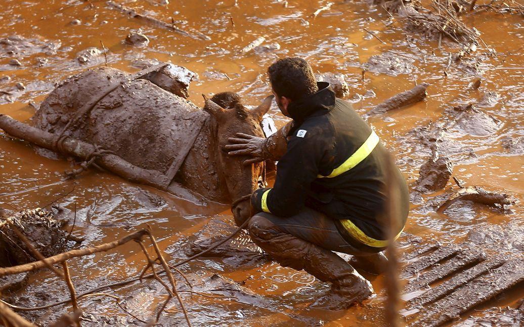 Вода с металлической стружкой и химикатами затопила целый городок. / © Reuters