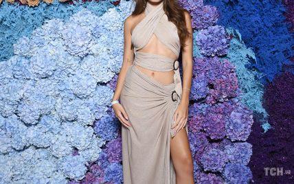 Повторила успех Джоли: Хана Кросс в откровенном платье вышла на дорожку
