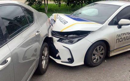 В Киеве водитель на микроавтобусе врезался в полицейское авто: есть пострадавшие (фото)