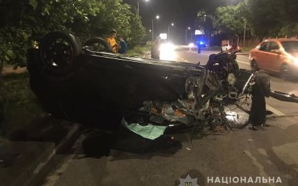 У Львові водій спричинив ДТП з потерпілими і втік, а його пасажир танцював на потрощеному авто: відео