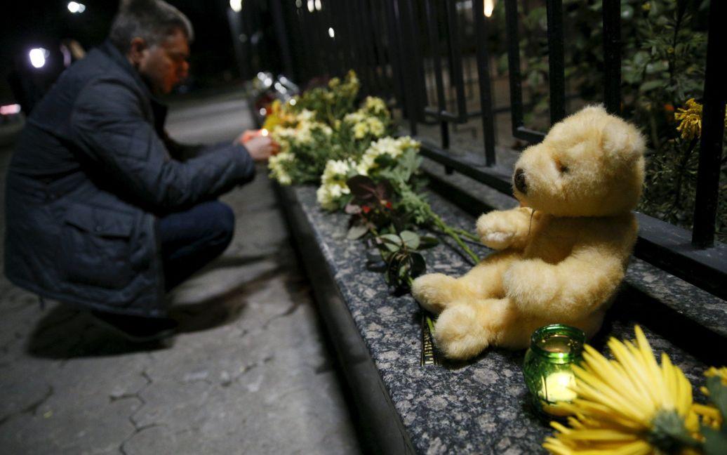 Цветы возле посольства РФ в Киеве / © Reuters