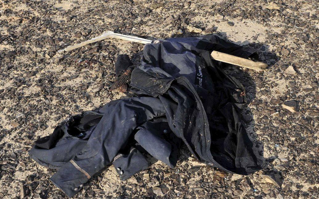 Одежда лежит на месте падения самолета. / © Reuters