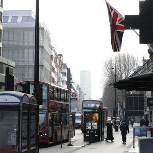 В Британии вводят новый уровень ограничений из-за COVID-19: что изменилось