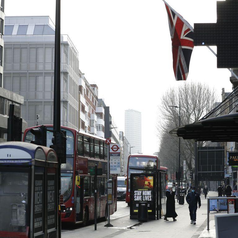 У Британії вводять новий рівень обмежень через COVID-19: що змінилося