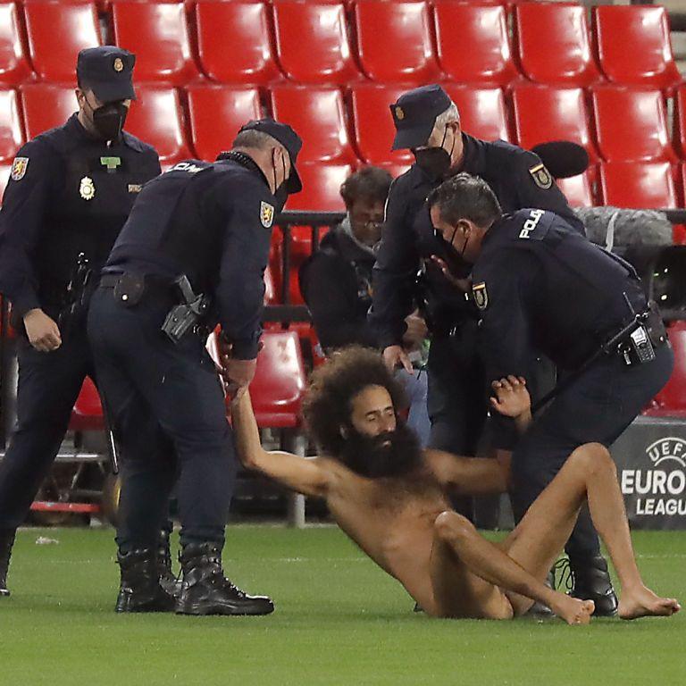 Виявився відомою особою: ЗМІ назвали ім'я чоловіка, який вибіг голим на поле в матчі Ліги Європи