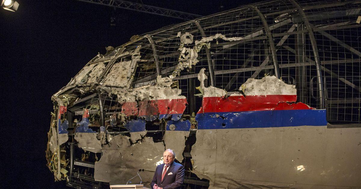 Эксперты восстановили часть самолета из обломков / © Reuters